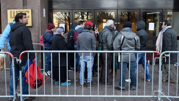 Vluchtelingen die vandaag asiel wilden aanvragen, staan voor een gesloten deur bij de Dienst Vreemdelingenzaken. Die was gesloten omwille van de terreurdreiging.