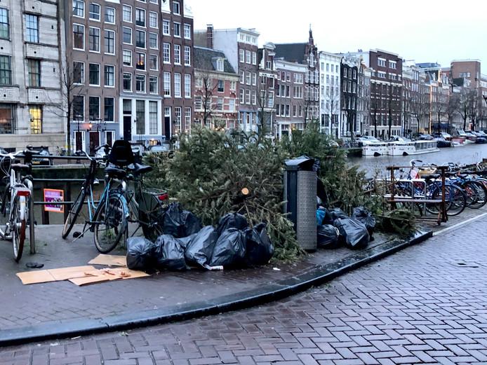 Kerstbomen op de hoek Singel, hoek Gaathuismolensteeg.