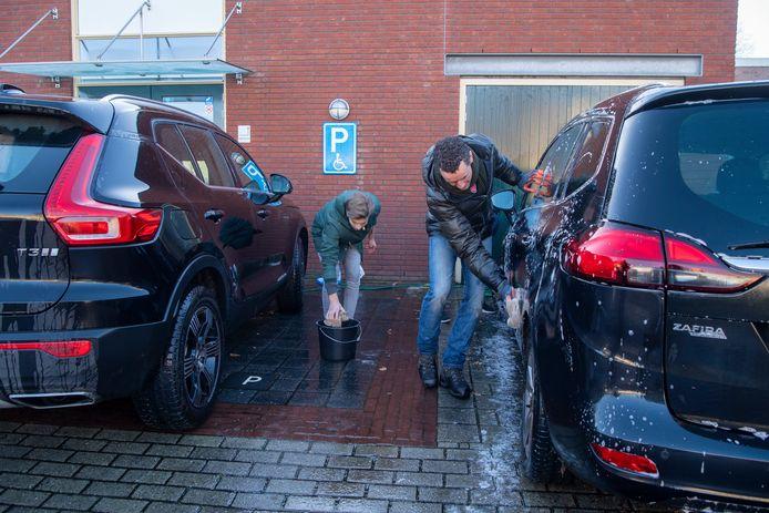 Na een wasbeurt voor het goede doel staan de auto's weer te glimmen.