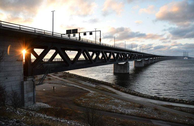 Aan het einde van de Øresundbrug tussen Denemarken en Zweden zijn de broers uit de bus gehaald. Beeld epa