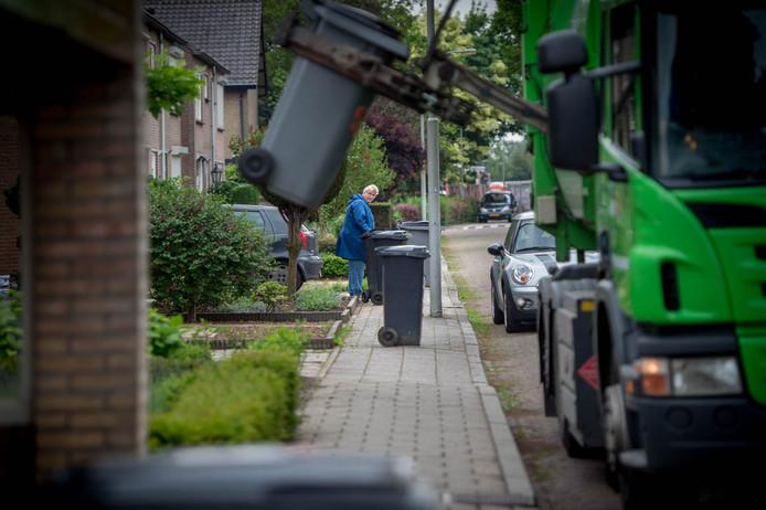 Een vuilniswagen van Avri haalt kliko's op, nog voordat bekend werd dat er een nieuw systeem komt.