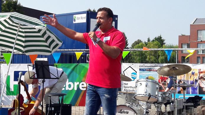 Cabaretier Najib Amhali was bij de start van de bouw van Sporthuis Abcoude, afgelopen zomer.