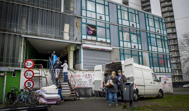 Bewoners van de Vluchtgarage verhuizen hun spullen eerder dit jaar. Vluchtelingen woonden daar tot het gerechtshof in Amsterdam bepaalde dat de gekraakte parkeergarage mocht worden ontruimd. Beeld null