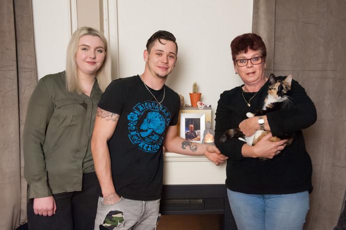 Peter Geurts junior met links zijn vriendin Destiny Tollenaar en rechts zijn moeder Annita van der Ree.
