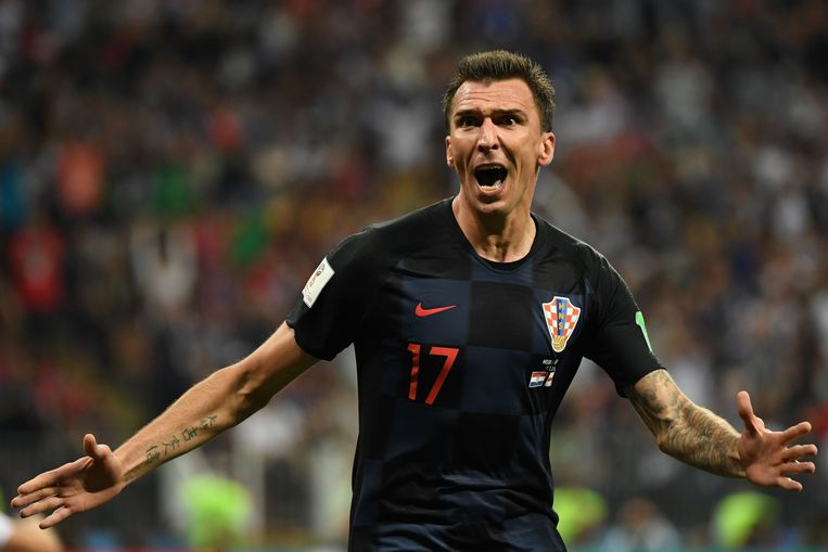 Mario Mandzukic scoort in de verlenging het winnende doelpunt voor Kroatië.  Beeld AFP