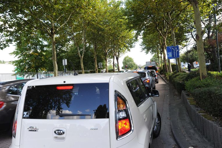 In de Sterrebeekstraat komt heel wat sluipverkeer door met heel wat file als onaangenaam resultaat.