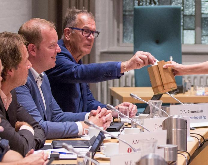 Peter Ganseman van Gemeentebelang met zijn collega's Jordy van Leeuwen (midden) en André Schmid. Het is volgens Ganseman nog maar de vraag of zij terugkeren op de raadszetels.