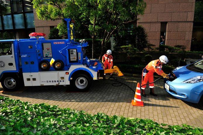 Een Nissan Leaf wordt tot leven gewekt door een rescue team