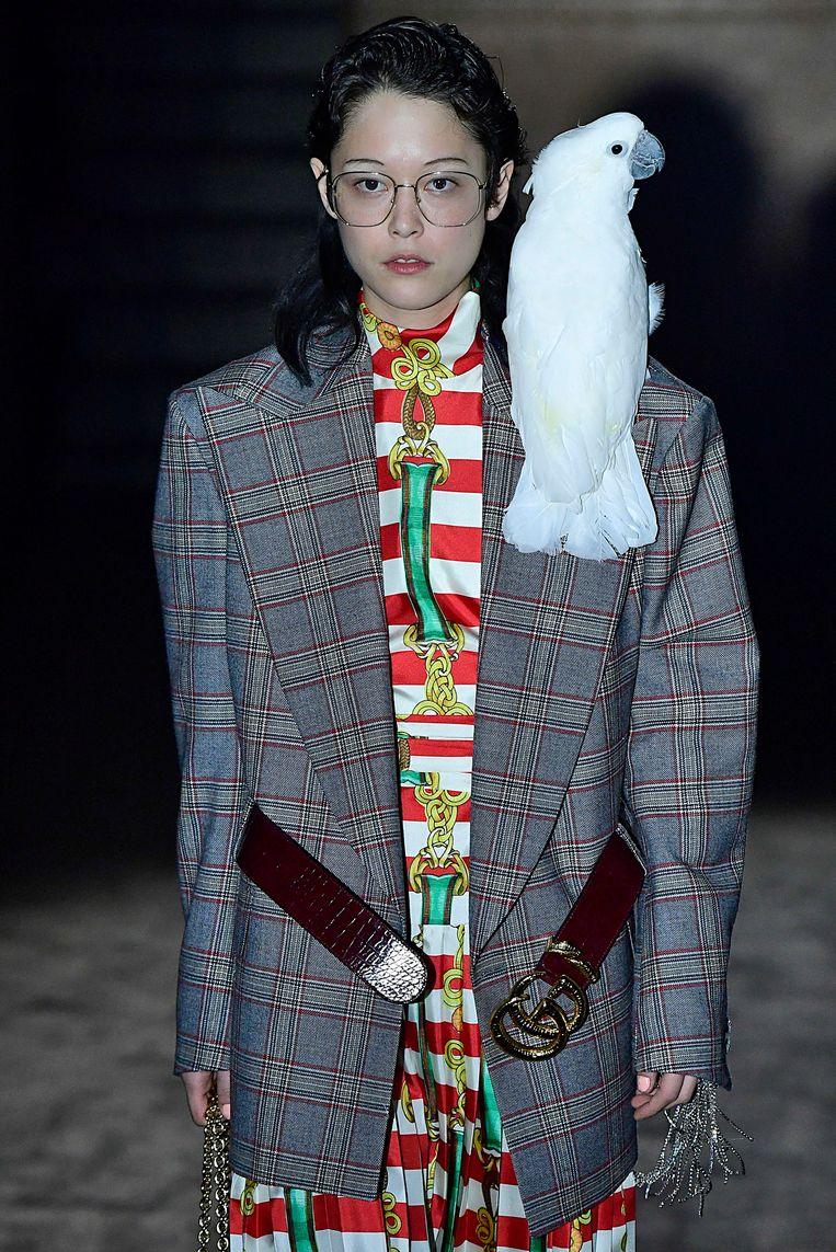 Het papagaai-accessoire bij Gucci. (Paris Fashion Week Spring/Summer 2019) Beeld Gamma-Rapho / Getty Images
