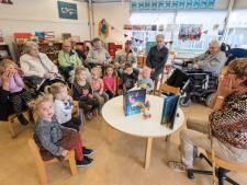 Kinderboekenweek: voorlezen voor jongeren en ouderen bij 't Smurfke in Overloon