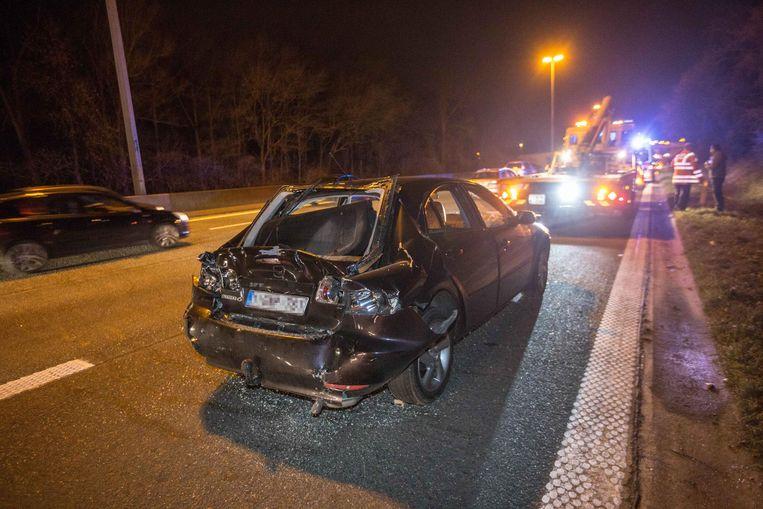 Eén van de beschadigde wagens die woensdagavond betrokken geraakten bij een kettingbotsing aan de afrit. Dinsdag reden daar ook al enkele wagens op elkaar in.