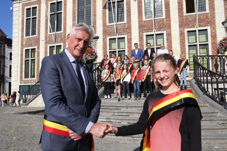 Burgemeester Anna Cupers schudt de hand van de 'grote burgemeester' Jan Laurys.