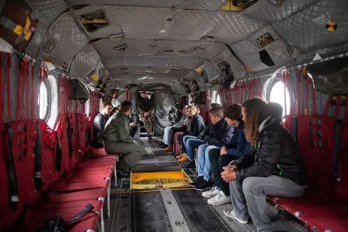 Het interieur van een Chinook transporthelikopter. Leerlingen van het ROC mochten vorig jaar de Chinook van binnen bewonderen op Vliegbasis Gilze-Rijen tijdens een kennismakingsdag.