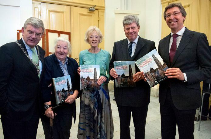 Vijf oud-burgemeesters van Utrecht: Van Zanen, Vos van Gortel, Brouwer, Opstelten en Wolfsen, die in 2014 een boek over de Domtoren in ontvangst namen.
