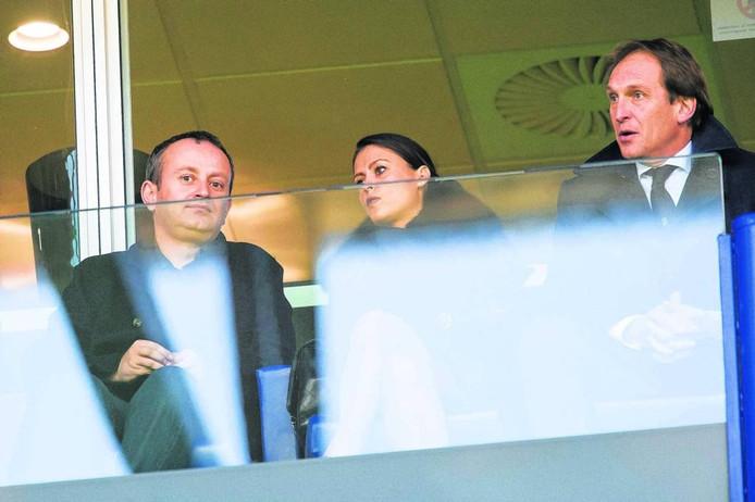 Aleksandr Tsjigirinski (links) op de tribune bij Vitesse. Naast hem Marina Granovskaia van Chelsea en Vitesse-directeur Joost de Wit.