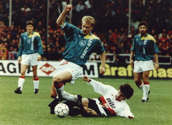 1992: Dennis Bergkamp ontwijkt een tackle van Gennaro Ruotolo tijdens Genua-Ajax.