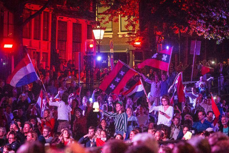 Vlagvertoon tijdens het traditionele slotlied van het Prinsengrachtconcert 2018.  Beeld Dingena Mol