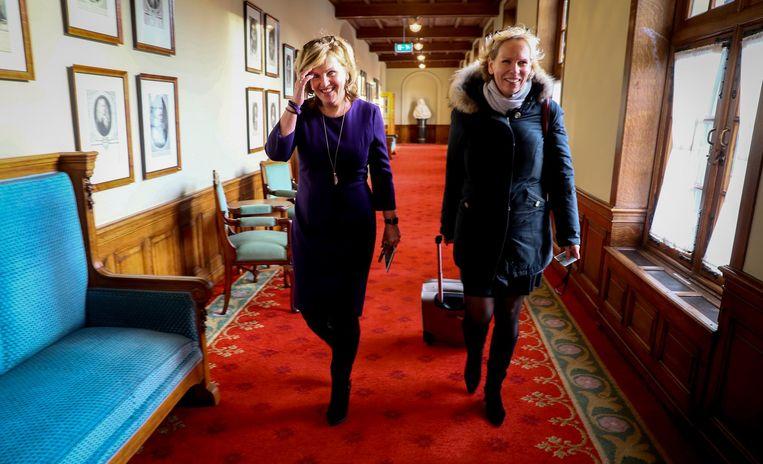 Pia Dijkstra (D66) en Marleen Barth (PvdA) komen aan voor het debat in de Eerste Kamer over het initiatiefvoorstel om een actief donorregistratiesysteem in te voeren. Beeld anp