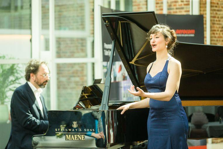 De Persvoorstelling op Gent Festival van Vlaanderen in het Ghent Mariott Hotel, Sarah Defrise zingt, Stephane Ginsburgh zit achter de piano.