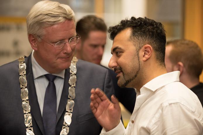 Ozcan Akyol , hier in gesprek met Deventer burgemeester Andries Heidema. De publicist gaat een programma maken over Go Ahead Eagles.