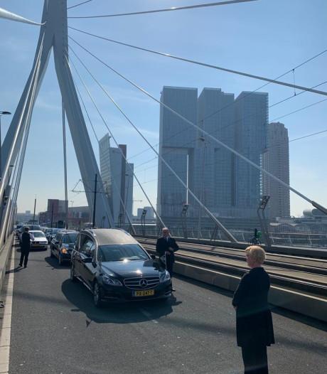 Erasmusbrug minutenlang bezet voor uitvaart Theo (57): 'Hij had dit zó mooi gevonden'