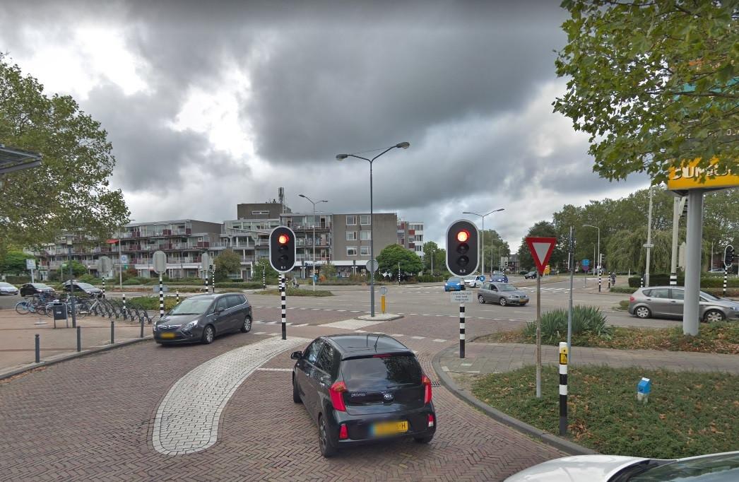 Bij het verkeerslicht op de kruising Piazza Center - Banneweg - Mollenburgseweg staan bezoekers van het winkelcentrum vaak in de file.