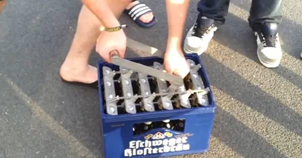 Handig: kratje bier in één keer openen   Bizar   AD nl