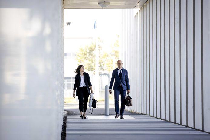 Willem Holleeders advocaten Desiree de Jonge en Sander Janssen arriveren bij de rechtbank op Schiphol.