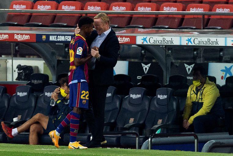 Ronald Koeman praat met doelpuntmaker Ansu Fati tijdens Koemans eerste wedstrijd als trainer van FC Barcelona. Beeld EPA