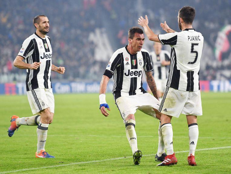 Pjanic en Mandzukic vliegen elkaar bij Juventus in de armen.