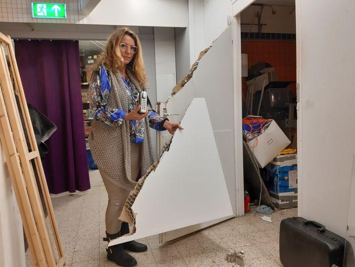 """Elena Dina bij de vernielde deur van het kantoor: """"Wie doet nou zoiets?"""""""