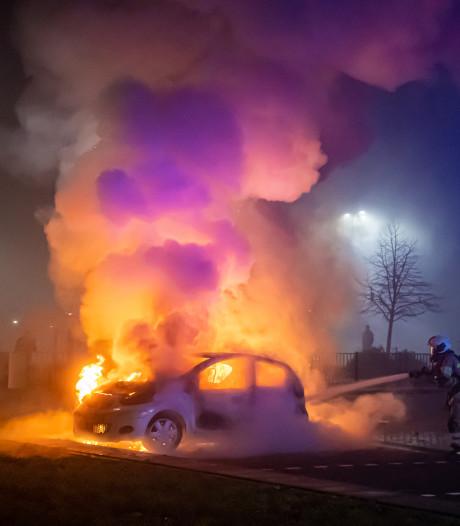 Brandweer krijgt gebak van burgemeester na heftige jaarwisseling in Vijfheerenlanden
