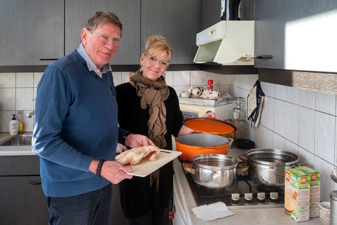 Rein Hartgers maakt met zijn dochter balkenbrij.