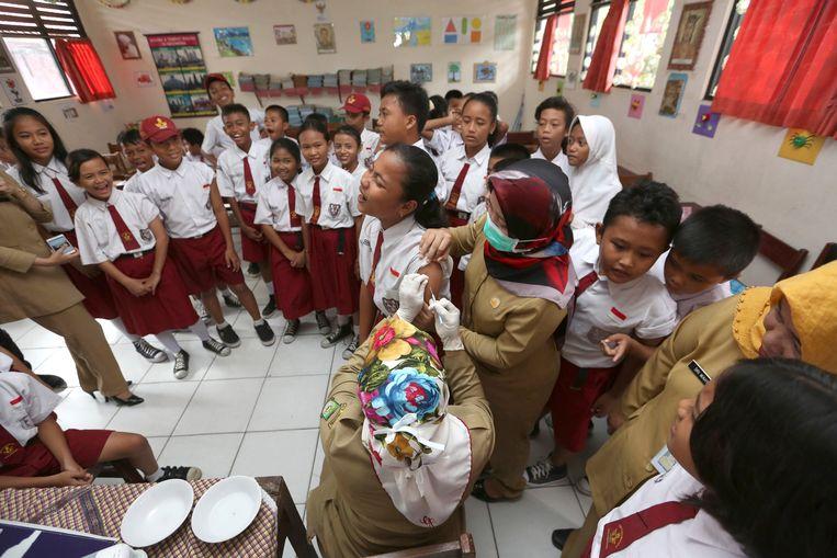 Indonesische scholieren wachten op hun beurt om ingeënt te worden tegen difterie, in 2017. Beeld AP