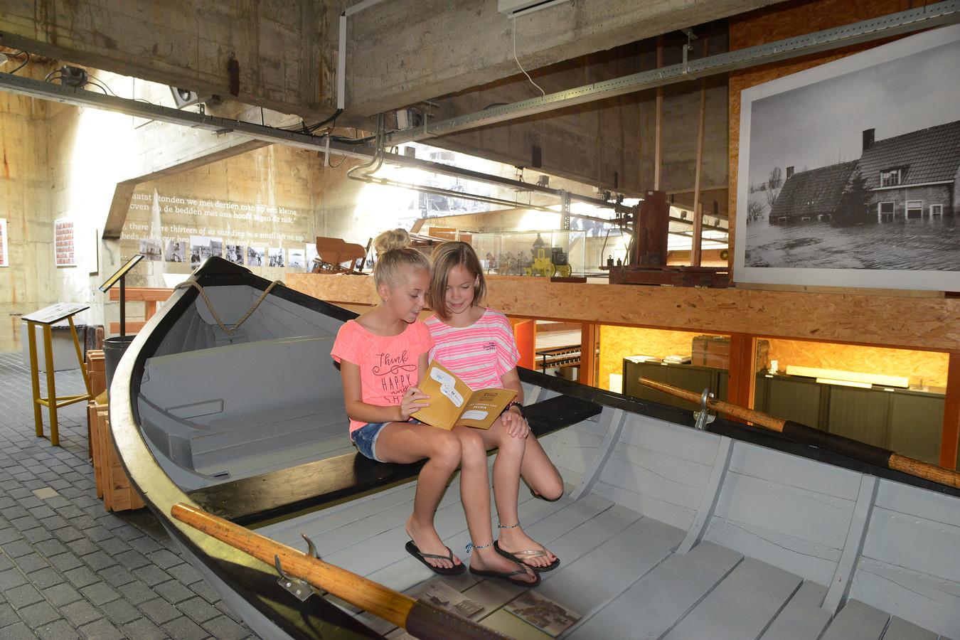 Nikki (l) heeft voorafgaand aan het bezoek bij het Watersnoodmuseum al bedacht dat De Ramp misschien een goed onderwerp voor haar spreekbeurt is. Rechts haar oudere zus Meike.
