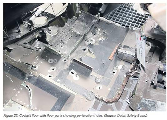 De vloer van de cockpit van vlucht MH17. Er zitten veel gaten in het metaal.