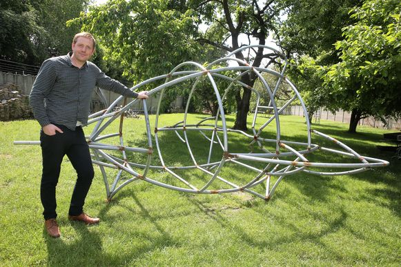 Captain Etienne Beaucoup, alias Steven Lots, vorig jaar bij één van de ruimtetuigen die hij bouwde met trampolinebuizen.
