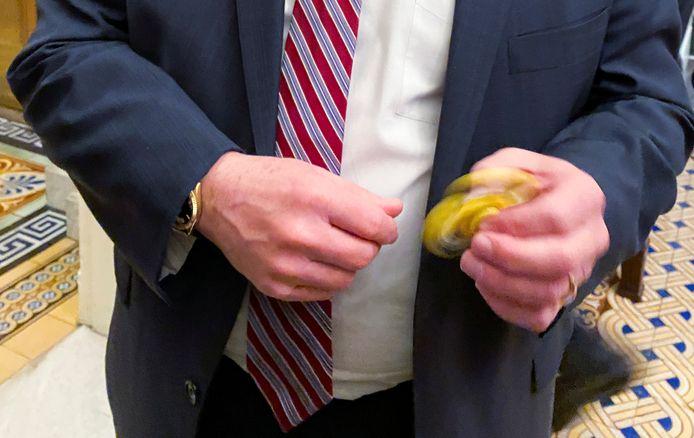 Senator Mike Rounds speelt met een gele fidget spinner.