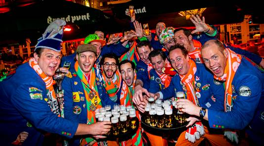 Veul Gère bij Brandpunt, even voor de presentatie van Lekker Delleke. Jasper (2e van links) en Jaap (2e van rechts) trakteren op bier.