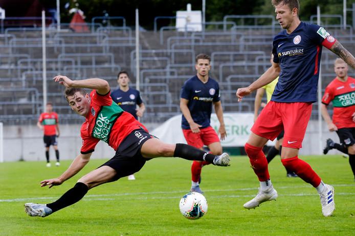 Sven Braken gaat in een spagaat voor de bal.