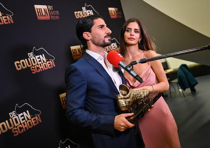 Lior Refaelov en vrouw Gal, gisteravond in het gebouw van DPG Media. Net na de uitreiking van de Gouden Schoen. Hier voor de camera en microfoon van VTM Nieuws.