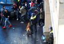 De politie treedt op voorafgaand aan de wedstrijd tussen Ajax en Juventus.
