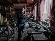 Henk is trots op zijn ouderwetse Drentse klaptafel: 'Dat gepriegel met hout, prachtig om te doen'