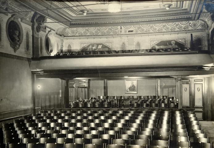 De Nieuwe Bioscoop liep als een trein, daarom werd in 1926 een balkon met honderd zitplaatsen gerealiseerd.