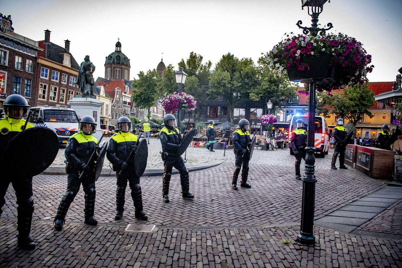 De ME sluit het plein de Roode Steen bij het standbeeld van Jan Pieterszoon Coen af.  Beeld ANP