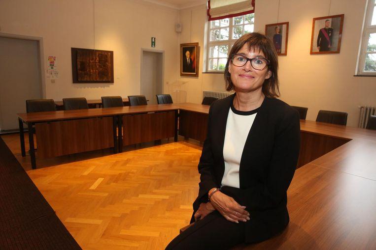 Kersvers burgemeester Valérie Geeurickx in de raadszaal van het gemeentehuis.