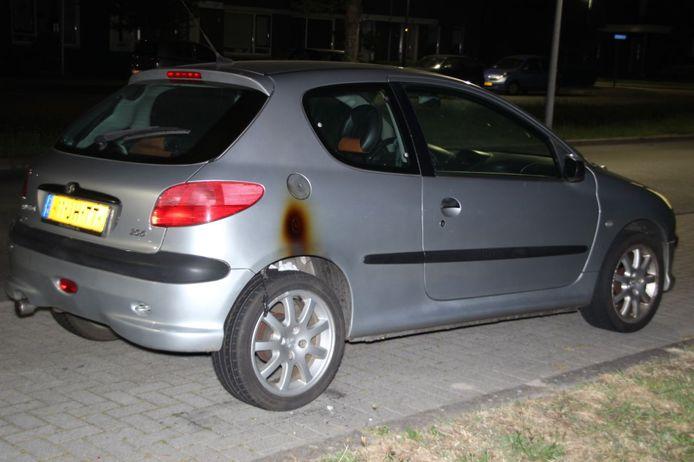 Aan de Lupinelaan in Nijverdal is donderdagavond een auto vermoedelijk in de brand gestoken.