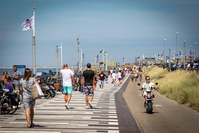 Strandgasten en dagjesmensen op het station van Zandvoort