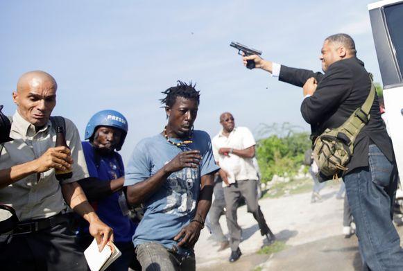 Mensen slaan op de vlucht wanneer senator Jean Marie Ralph Fethière begint te schieten.