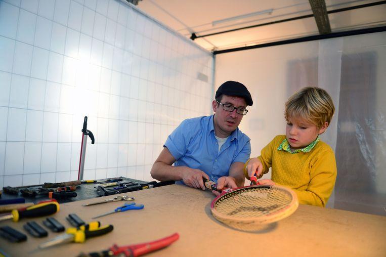 Papa Karel knutselt met zijn zoontje Pim aan een oude tennisracket.